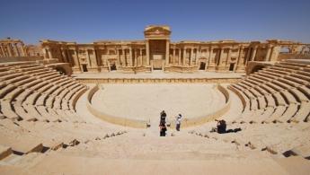 Turistas tomando fotos en el anfiteatro de la histórica ciudad de Palmira, 18 de abril de 2008. Militantes de Estado Islámico ejecutaron a unos 20 hombres dentro de un antiguo anfiteatro de la ciudad siria de Palmira el miércoles, acusándolos de apoyar al Gobierno, señaló un grupo que monitoriza el conflicto. REUTERS/Omar Sanadiki